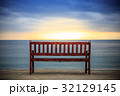 ビーチ 夕暮れ ベンチの写真 32129145