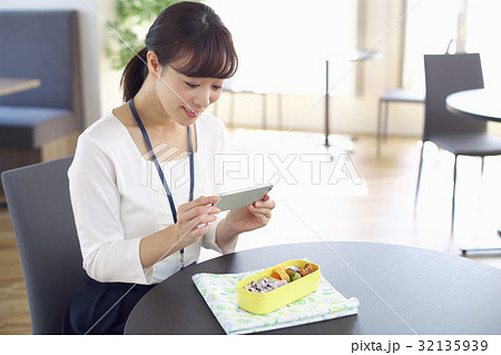 スマホでお弁当の写真を撮る女性 ランチ お弁当 32135939