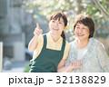 若い介護士とシニア女性 32138829
