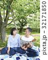 ピクニック ウクレレ 笑顔の写真 32171850