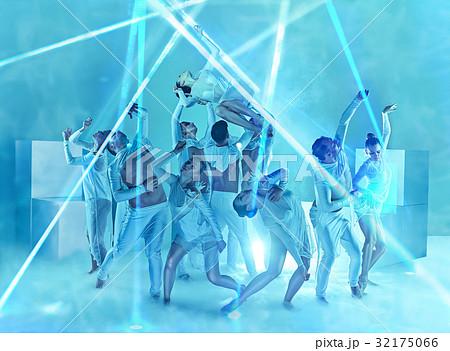 The group of modern ballet dancers 32175066