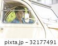 男性 ドライブ 車の写真 32177491