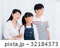 家族 親子 人物の写真 32184373