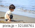 砂浜で遊ぶ2才児 32188761