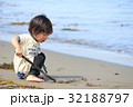 砂浜で遊ぶ2才児 32188797