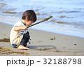 砂浜で遊ぶ2才児 32188798