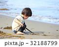 砂浜で遊ぶ2才児 32188799