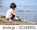 砂浜で遊ぶ2才児 32188801