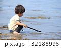 砂浜で遊ぶ2才児 32188995