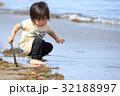 砂浜で遊ぶ2才児 32188997