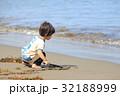 砂浜で遊ぶ2才児 32188999