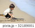 砂浜で遊ぶ2才児 32189001
