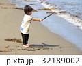 砂浜で遊ぶ2才児 32189002
