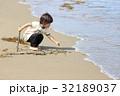 砂浜で遊ぶ2才児 32189037
