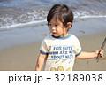 砂浜で遊ぶ2才児 32189038