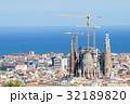 サグラダファミリアとバルセロナの街並み 32189820