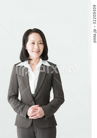 スーツ姿の女性(50代) 32209309