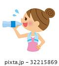 水分補給 飲む 女性のイラスト 32215869