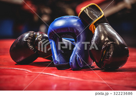 Boxing headgear and gloves in boxing ringの写真素材 [32223686] - PIXTA
