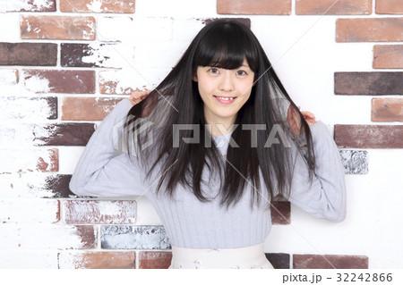 若い女性 ヘアスタイル 32242866