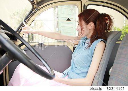 外車助手席の女性 32244195