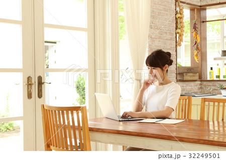 パソコンを使う主婦 32249501
