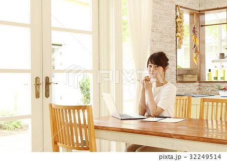 パソコンを使う主婦 32249514