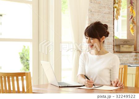 パソコンを使う主婦 32249522