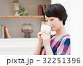 珈琲を飲む若い女性 32251396