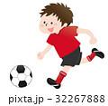 サッカーをする少年(赤) 32267888