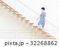 階段を上る若い女性 32268862