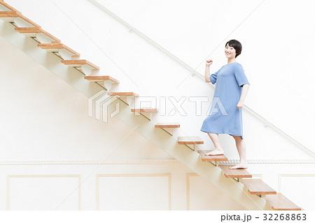 階段を上る若い女性 32268863
