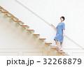 階段を上る若い女性 32268879