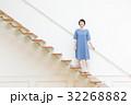 階段を上る若い女性 32268882