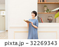 書斎で読書をする若い女性 32269343