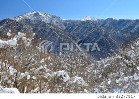剣山とジロウギュウの雪景色(徳島県三好市見ノ越) 32277917