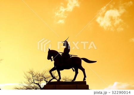 夕日に浮かぶ宮城県仙台市の青葉山公園に建つ伊達政宗のブロンズ騎馬像 32290014