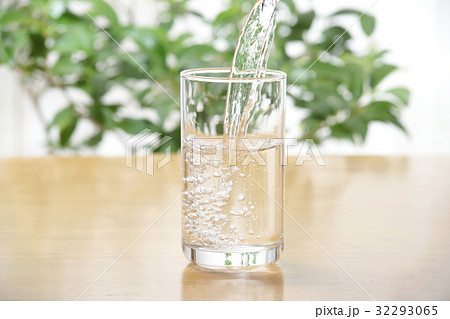グラスの水の写真素材 [32293065] - PIXTA