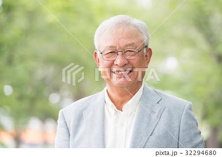 笑顔のシニア男性 新緑 32294680