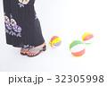 紙風船で遊ぶ浴衣姿の女性の足元 32305998
