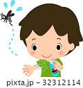 虫除けスプレーを腕にかける男の子 32312114