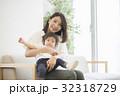 女性 母子 寝かしつけるの写真 32318729