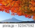富士山と秋の紅葉 32347592