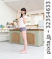 体重を量ってガッツポーズをする女性 32354633
