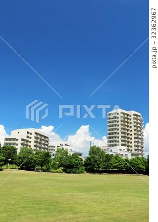 青空のマンションと公園風景 32362967