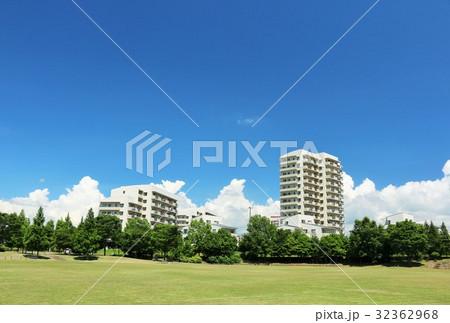 青空のマンションと公園風景 32362968