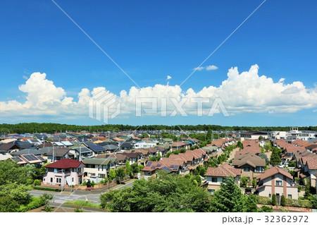 明るい青空の街並み風景 32362972