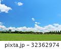 夏の青空と新緑の公園 32362974