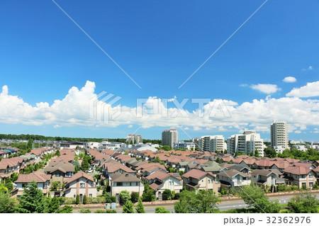 綺麗な青空の住宅街 32362976
