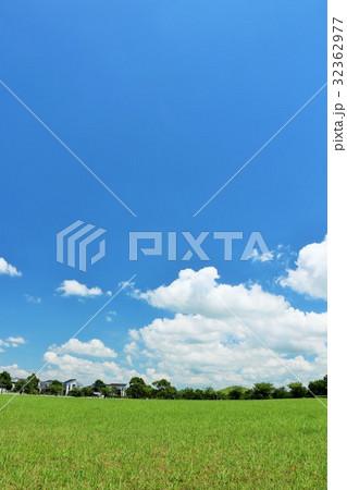 気持ちいい青空の公園 32362977